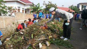 Walikota Tatong Bara saat turun bersama PNS dalam rangka kerja bakti