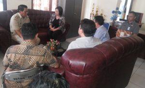 Ketua KPU Provinsi Yessy Momongan S Th MM, DR Ardiles Mewoh, Zulkifli Golonggom S Pd I, bersama Bupati Bolmong Salihi B Mokodongan dan KPU Bolmong, dalam pertemuan membahas penandatanganan NPHD, di Kantor Bupati Bolmong
