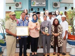 Wali Kota dan Wakil Walikota Kotamobagu bersama Lurah Mogolaing dan para pengawainya.
