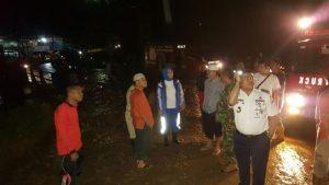 Wali kota Tatong Bara saat berada di lokasi tanah Longsor