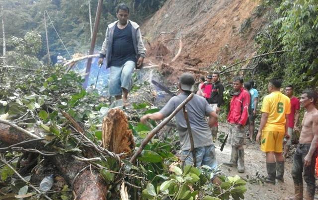 Ruas Jalan Menuju Kabupaten Bolsel Tertimbun Longsor