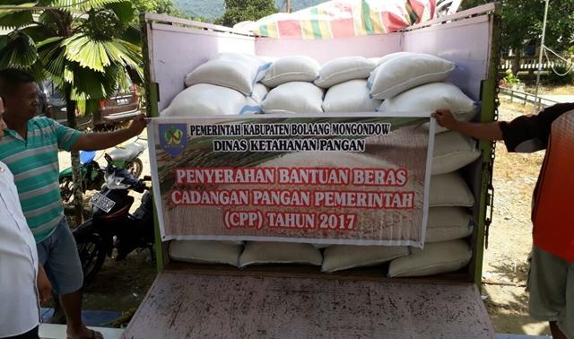 Pemkab Bolmong Salurkan Bantuan Cadangan Pangan di Kecamatan Lolayan