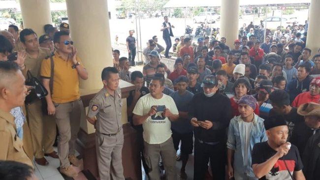 Ratusan Pekerja Tambang Bakan Demo di Kantor Bupati dan di Polres