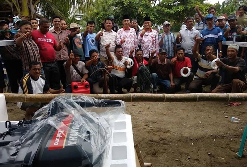 Iskandar Serahkan Bantuan 25 Unit Perahu Tuna dan Motor Tempel