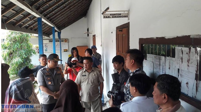 Satpol PP dan Polisi Buka Palang Ruangan Belajar di Kampus UDK