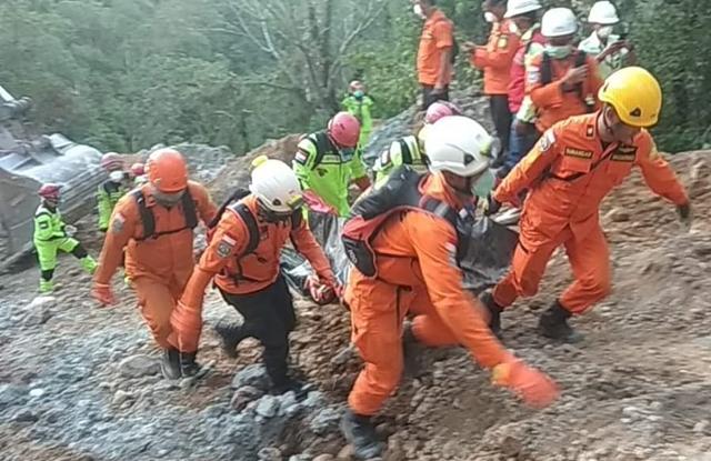 Potongan Kaki Kanan Yang Ditemukan di Lokasi Longsor Dikubur di Desa Mopait