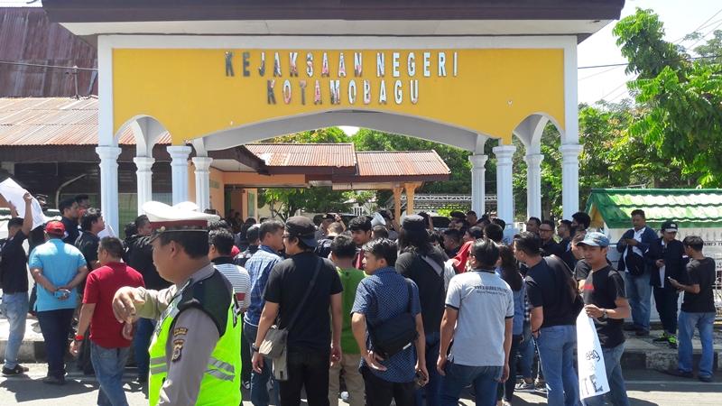 Dinilai Keliru Terapkan Pasal, Puluhan Wartawan BMR Demo Kejaksaan Kotamobagu