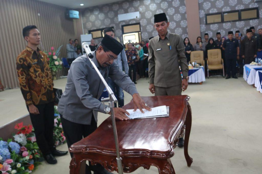 Bupati Boltim Sehan Landjar saat menandatangan berita acara pelantikan