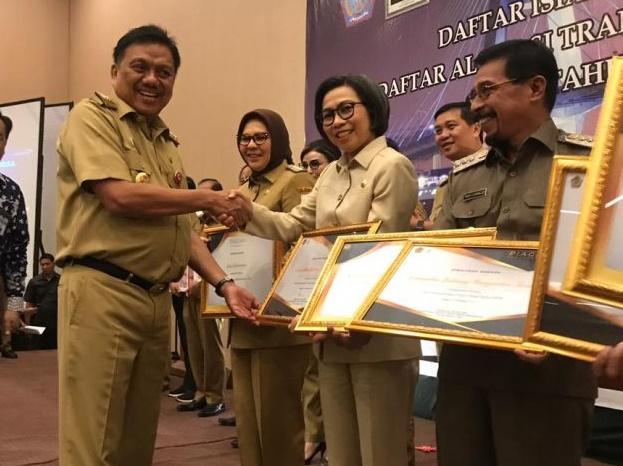 Bupati Bolmong Yasti Soepredjo Mokoagow menerima penghargaan pengelolaan Dana Desa (Dandes) tahun 2019 dari Pemerintah Provinsi Sulawesi Utara