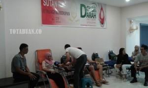 Aksi Sosial Donor Darah  yang dilakukan Manajemen Sutan Raja Hotel dengan PMII