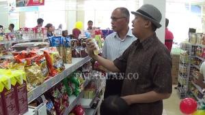 Asisten II Gulimat Mokoginta saat memeriksa barang di supermarket Indomaret Pobundayaan