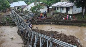 Kondisi Jembatan Darurat di Desa Sauk yang roboh akibat banjir