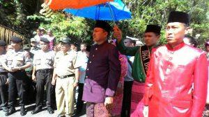 Bupati Hi Herson Mayulu dan Wakil Bupati Iskandar Kamaru saat dijemput di kantor Camat Bolaang Uki