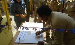 Bupati menandatangani prasasti persemian kanor camat
