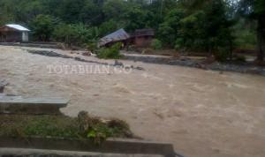 Kondisi rumah dan jembatan usai dihantam banjir di Wilayah Lolayan (Foto dok)
