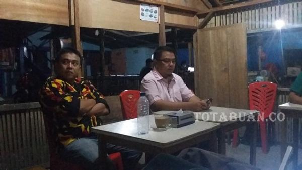 Nasrun Koto bersama Lucky Makalalg saat memberikan keterangan pers di Warung Kopi Jarod Matali