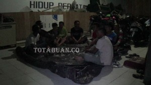 Para nelayan yang berada di Polres bolmong. Tampak sedang beradad di tempat parkir.