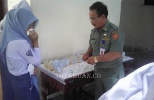 Para siswa SMA Negeri 2 Kotamobagu saat pemeriksaan urin oleh BNK