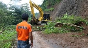 Pembukaan akses jalan yang tertimbun langsor oleh BPBD Bolmong (foto Ist)