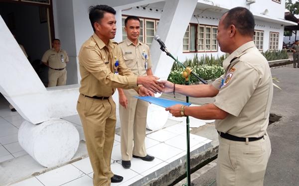 Sekot Kotamobagu Tahlis Galang didampingi kepala BKD Adnan Masinae saat menyerahkan SK pemberhentian kapad lurah untuk diserahkan kepada salah satu staf yang dipecat