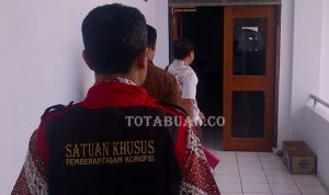 Tim Khusus dari Kejaksaan Negeri Kotamobagu saat melakukan penggeledahan di ruangan bagian keuangan DPRD Bolmong waktu lalu(foto.dok)