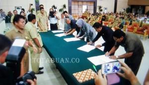 Bupati Bolmong Salihi Mokodongan saat penandatangan MoU
