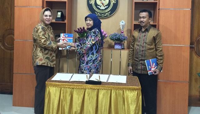 Wali Kota Kotamobagu yang didampingi Ketua DPRD Kotamobagu saat menerima LHP dari Kepala BPK Perwakilan Sulut Endang Tuti Kardian