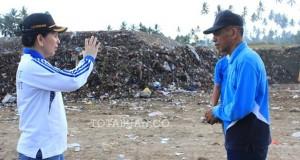Walikota Tatong Bara bersama Kadis Tatakota saat meninjau lokasi TPA