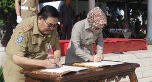 Walikota Tatong Bara dan Ditektur IPDN Sulut  Alexander J Wowor saat penandatangan MoU