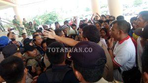 Warga dari empat desa di Bolmong melakukan aksi unjuk rasa memprotes pelantikan empat Kepala Desa (Kades).