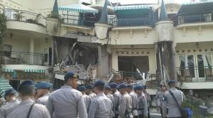 bangunan hotel runtuh