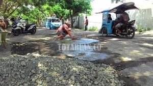 Warga dengan Sukarela Memperbaiki Jalan Kampus Mogolaing Menuju Gogagoman. (f-rez/tco)