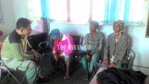 Kakek-Nenek Asal Jawa Timur Dibawa ke Markas Sat Pol-PP. (f-rez/tco)