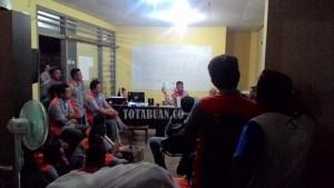 Direktur PT BSB Sedang Memberikan Penjelasan Kepada Ratusan Karyawan, Senin Malam Tadi. (f-rez/tco)