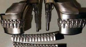sepatu mirip pistol